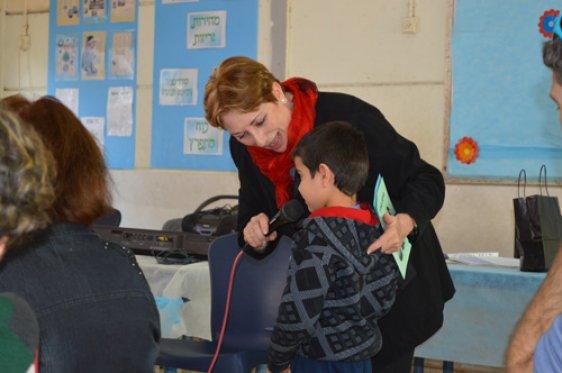 מודים למתנדבי ידיד לחינוך. יונה, רכזת בת ים מסייעת במקרופון