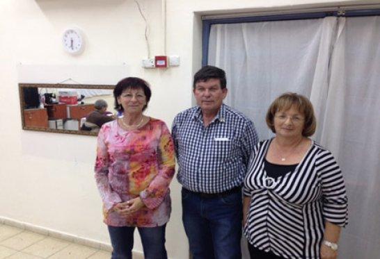 מימין לשמאל: שרה זיכרמן , אלי שרוני – מנהיג עמותת  פעול״ה  ורעיה יעקב