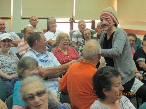 סבתא מנסה לפענח את שפת נכדתה